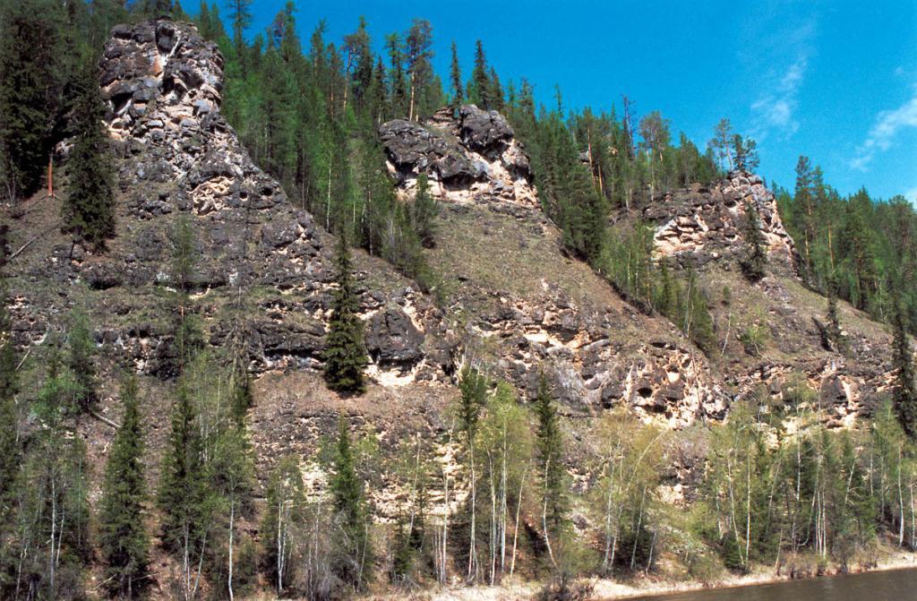 Скалы на правом берегу р. Лена, 230 км. от истока.