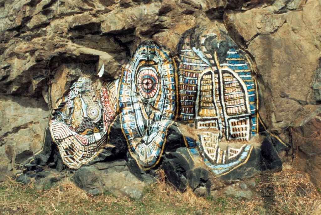 Такой рисунок на скале оставил после своего посещения Кругобайкальской железной дороги неизвестный художник. Уже несколько лет эта яркая фантазия привлекает к себе внимание путешествующих по юго-западному побережью Байкала.