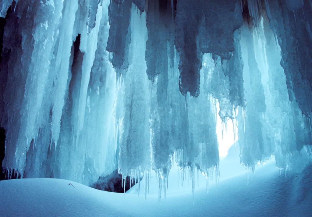 Общему ледоставу на Байкале предшествует процесс образования ледяных гротов у подножия береговых скал. Фантастические лабиринты с свисающими колоннами голубоватого льда - одна из характерных особенностей байкальской зимы.