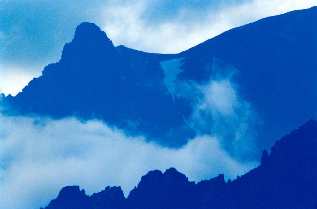 Вечерний туман у скалы Заворотненский Страж. Байкальский хребет.