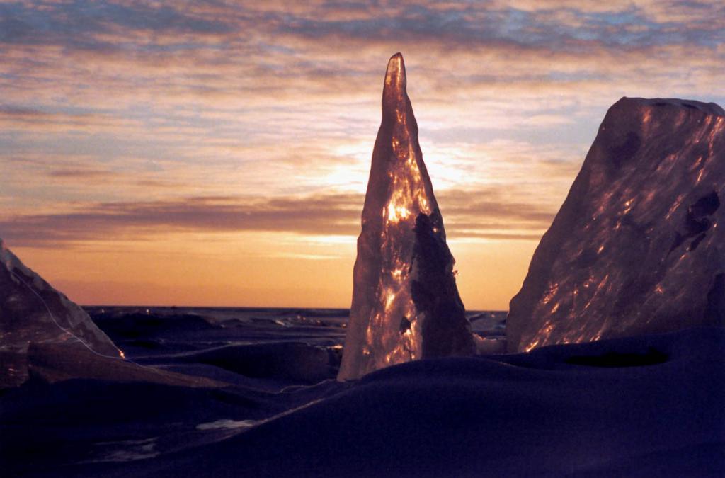 Ледяные пики и вечерние краски байкальской зимы рождают чувство присутствия на другой планете.