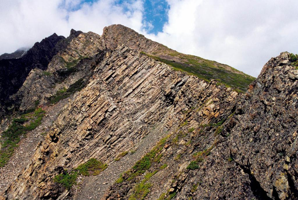 Геоморфологические особенности Байкальского хребта представляют большой интерес для исследователей. На снимке: граница молодого сброса на боковом восточном гребне хребта в районе мыса Среднего Кедрового.