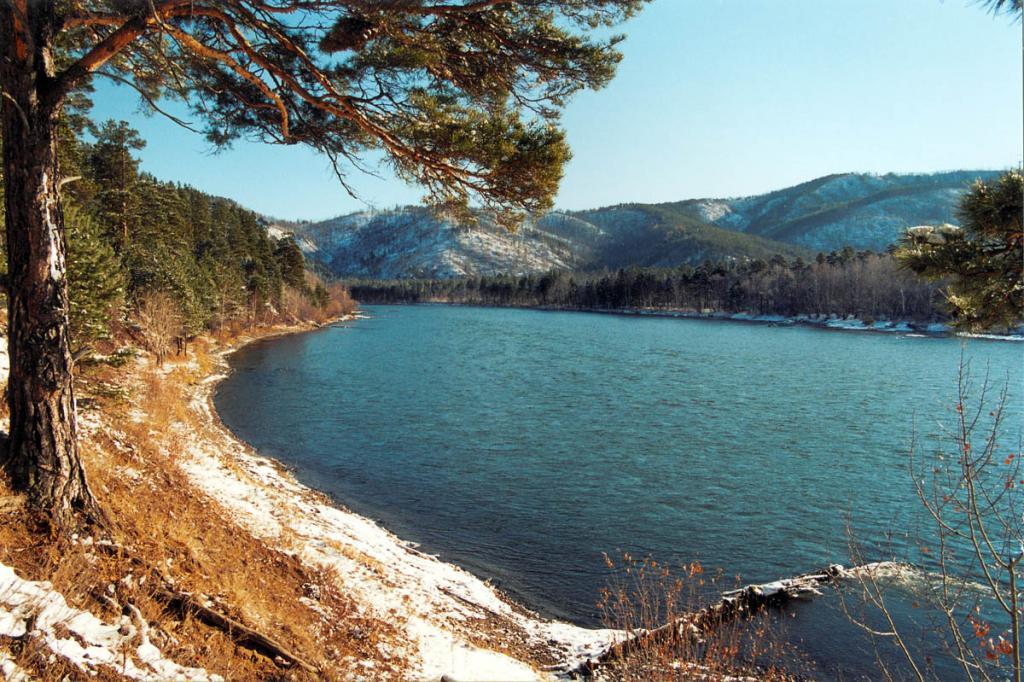 Третий по объему водный приток Байкала река Баргузин. Снимок сделан в 50 км. от устья у мыса Шаманский.