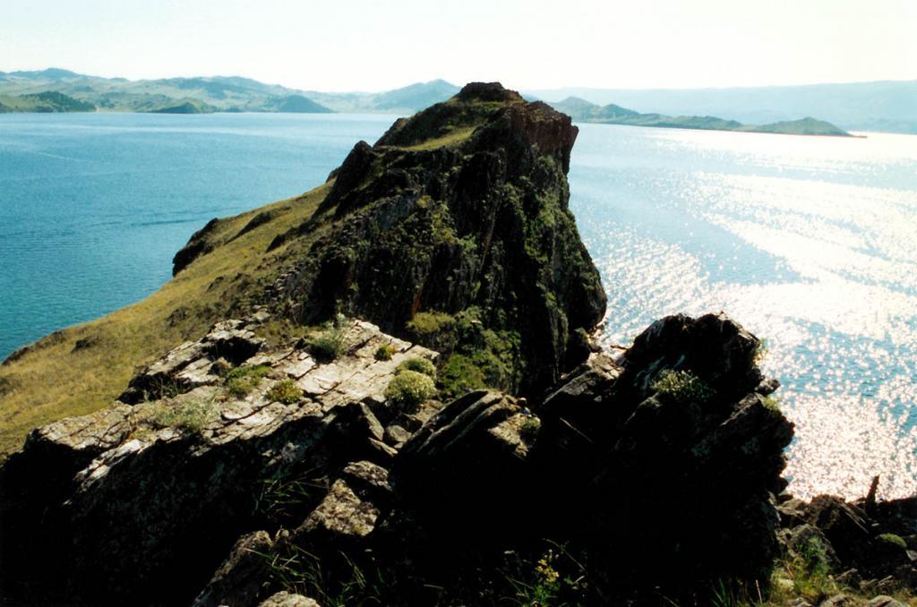 На живописном длинном голом полуострове Хорин Ирги (Кобылья Голова), сложенном типичными породами ольхонской серии, имеются зоны с голубой шпинелью и розовым скаполитом.