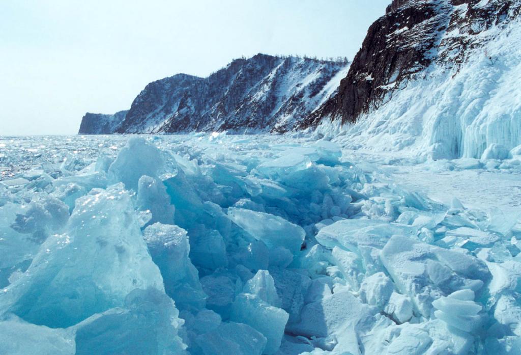 Полный ледовый режим Байкала является неотъемлемой и характерной чертой его акватории, и в этом смысле он является исключением среди крупнейших озер мира. На снимке: у восточного берега мыса Хобой (остров Ольхон).