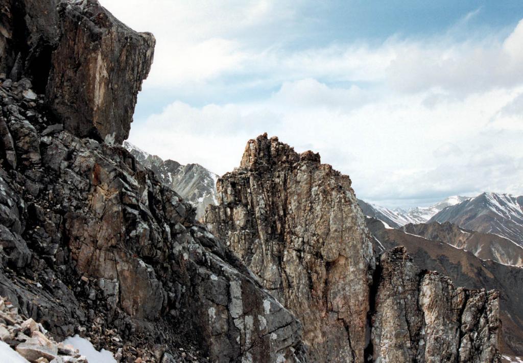 Режущие небо скалистые гребни северо-байкальских хребтов с острореберными пирамидальными карлингами сформированы под воздействием плейстоценового оледенения.