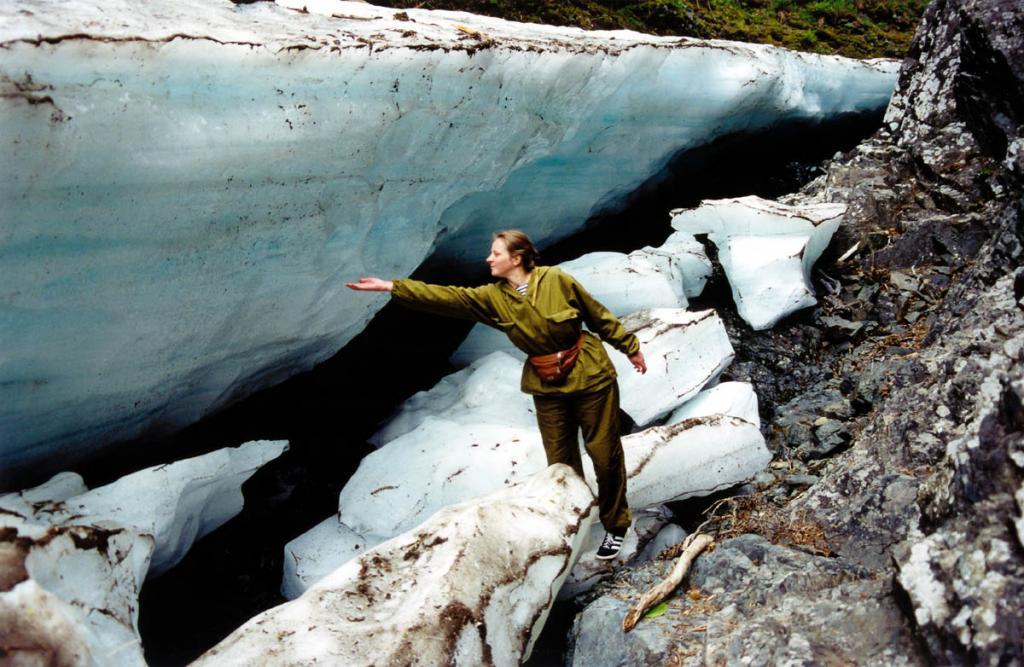 В отдельные годы высота наледей на горных ручьях может достигать 5-6 метров. На снимке: ледник в распадке Медведицы. Байкальский хребет.