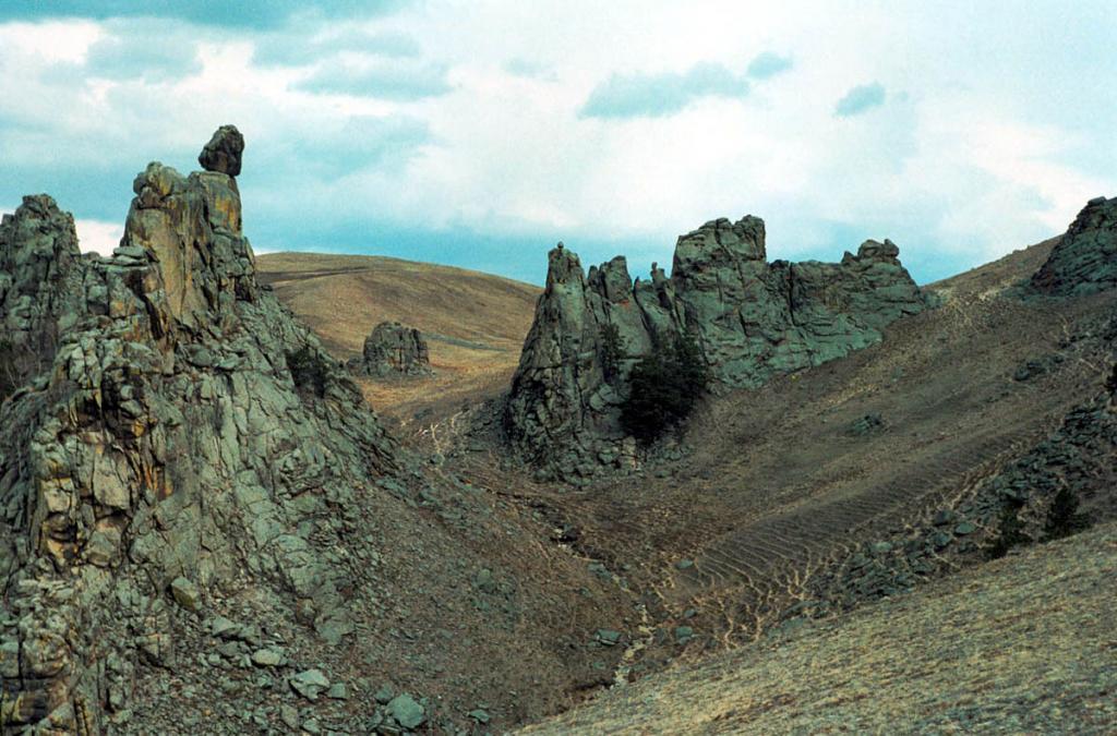 """Группа живописных скал """"Сувинская Саксония"""" вблизи с. Суво. Баргузинская долина. Икатский хребет."""