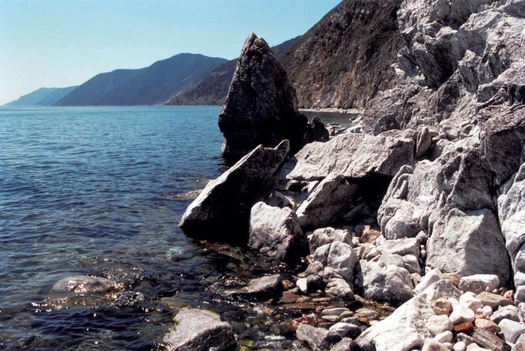 Восточный берег Ольхона представляет собой узкую полоску мелководья, прерываемую непроходимыми прижимами и скоплениями глыбового материала при общей незначительной изрезанности и почти полном отсутствии бухт.