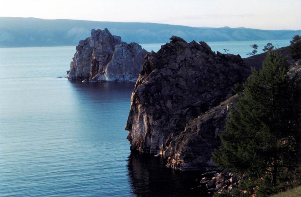 Скалы острова Ольхон являются одними из самых живописных на Байкале. На переднем плане скала Витязь, на дальнем - Скала Шаманка (мыс Бурхан).