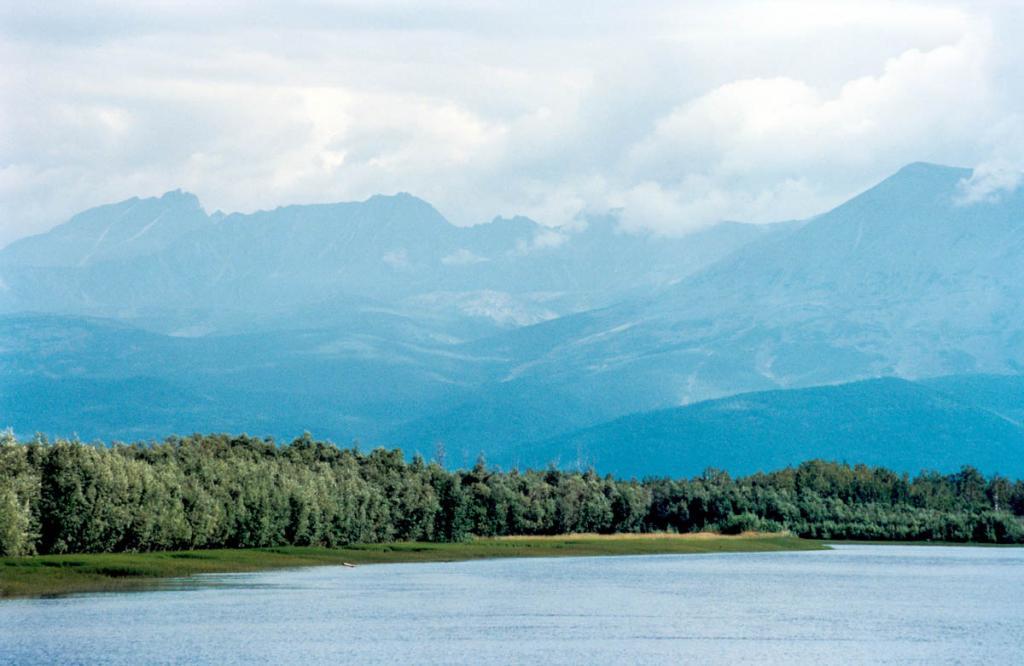 Северные отроги Баргузинского хребта возвышаются над долиной реки Верхняя Ангара (длина реки 439 километров).