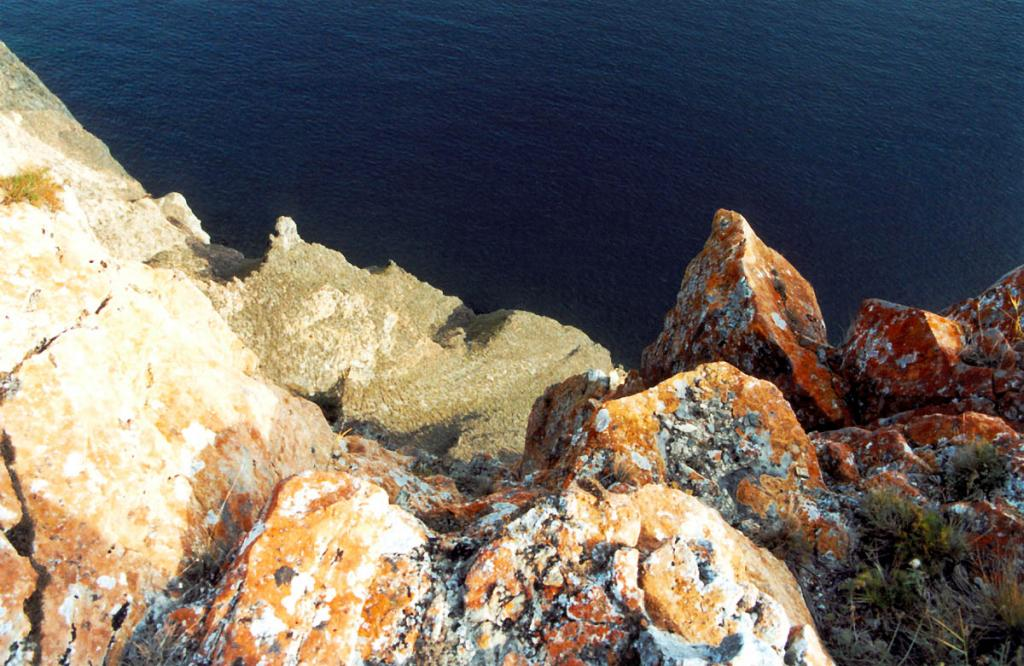 Накипные лишайники на байкальских скалах, становящиеся особенно яркими на закате, являются самым потрясающим украшением берегов древнего озера. Снимок сделан в бухте Усть-Анга на западном склоне.