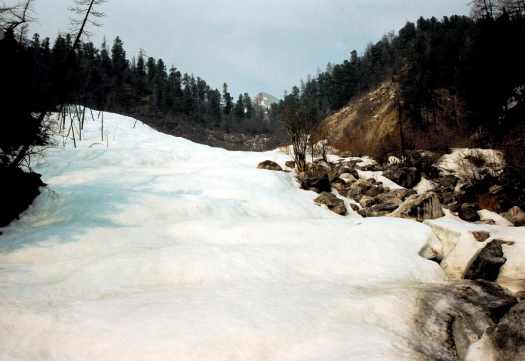 Наледь на горной речке (горный узел Мунку-Сардык).