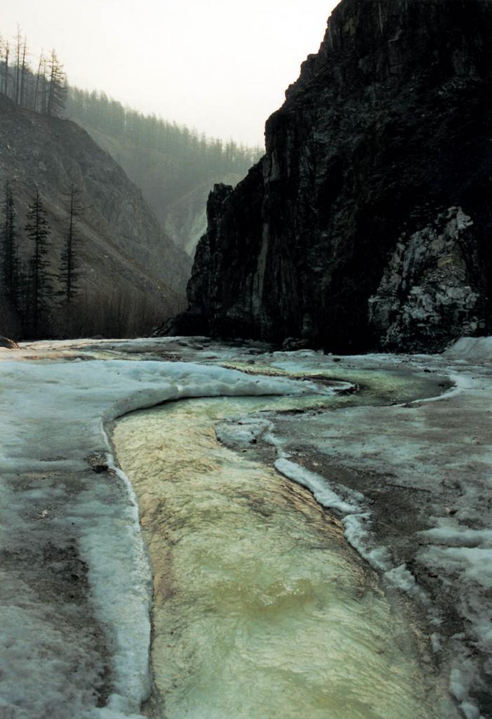 Узкие, ущельевидные, глубокие долины байкальских ручьев и рек, густо расчленяющие горные склоны хребтов, в большинстве случаев имеют круто падающее дно. Некоторые долины врезаются в горные массивы на глубину 400-500 метров. На снимке: на многих реках за зиму образуются высокие наледи.