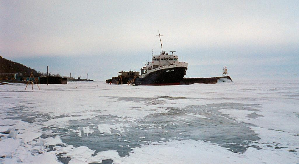 Байкал. Вмерзшее судно на озере