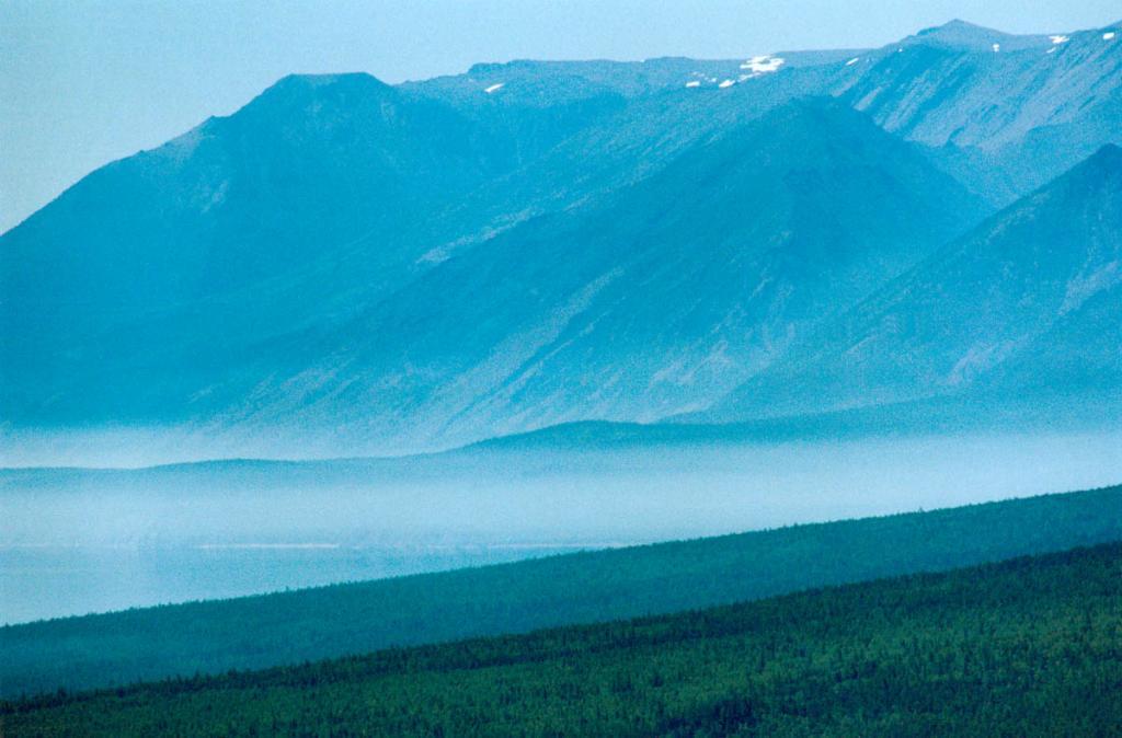 Полуторокилометровой стеной поднимается над уровнем озера Байкальский хребет. На снимке: северо-западное побережье у мысов Большой Солонцовый и Саган-Марян.