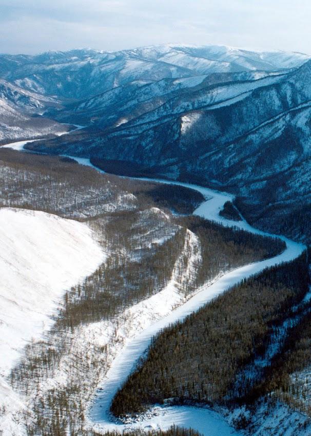 В окружении высоких заснеженных хребтов торжественно и спокойно несут свои чистые воды в Байкал прибайкальские реки: озеро собирает свои воды с огромной территории - в него впадают реки, начинающиеся далеко в горах северных широт и на равнинах юга.