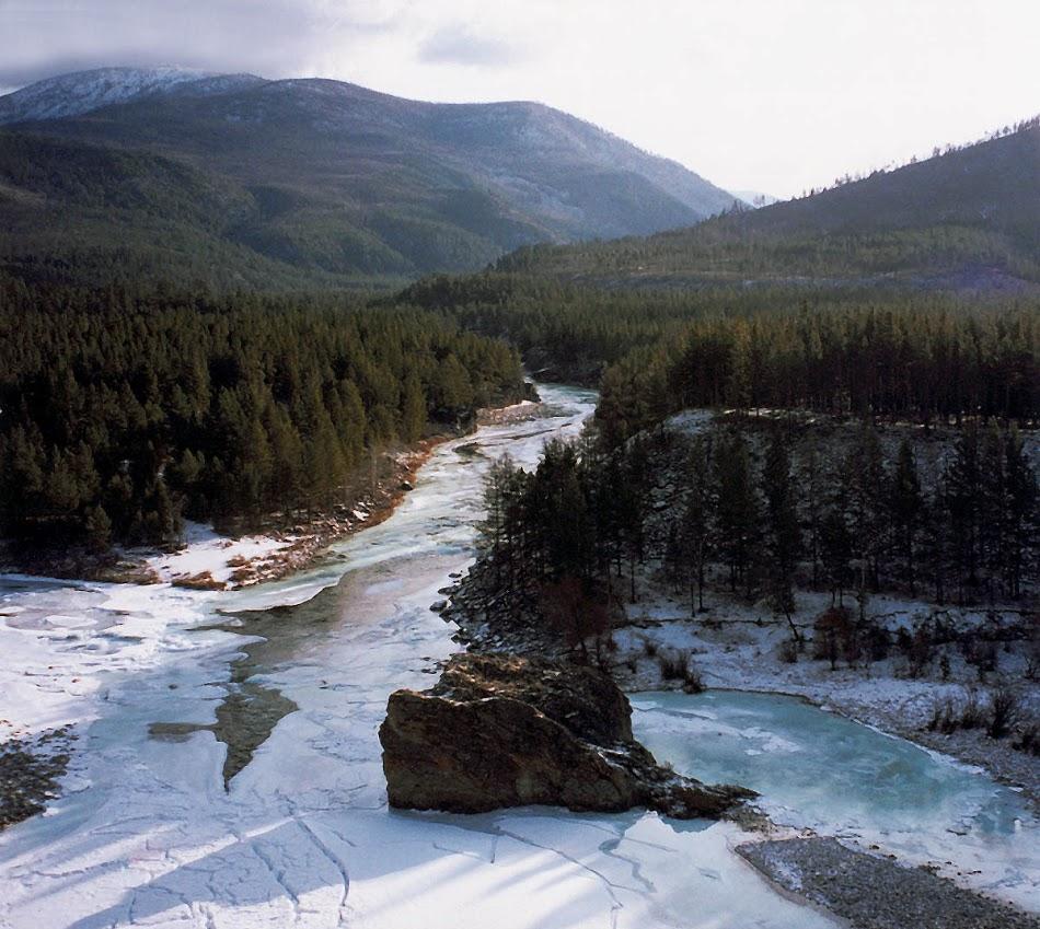 В месте впадения реки Турокчи (левое русло) в реку Ина (левый приток р. Баргузин) возвышается из воды одинокая скала-камень (Икатский хребет, вторая половина октября).