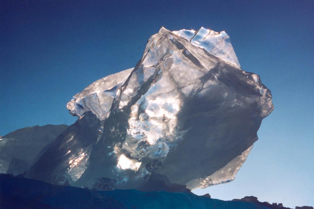 Скорость роста байкальского льда составляет от 1 до 5 см. в сутки. За зиму лед нарастает до 80 - 150 см. На снимке: льдина, венчающая Заворотненский надвиг (нажим) льда.