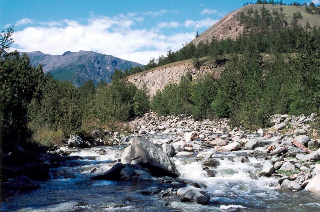 Речка Шартла на выходе из ущелья (растворяясь в валунных отложениях, как и многие речки на северо-западном побережье, до Байкала доходит только после сильных дождей).