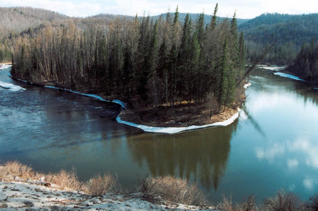 Площадь водосборного бассейна озера Байкал составляет более 570 000 квадратных километров! Осадочные толщи на дне озера (более 5 км.) содержат в себе частицы, принесенные реками почти со всей этой площади: несмотря на медленное течение многих рек, тонкие частицы пыли не оседают на дно, и воды увлекают их в Байкал. Реки, протекающие по территории, на которых распространены суглинки лессовидного характера, всегда остаются мутными.