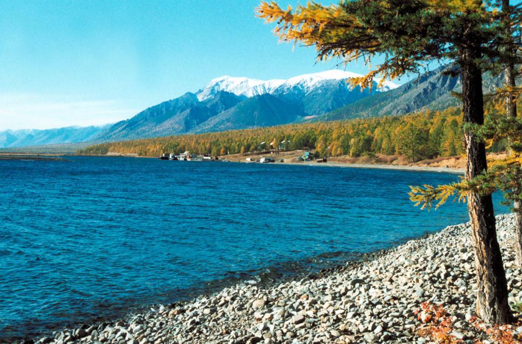 Одно из самых красивых мест на северо-западном побережье озера - бухта Заворотная. Снимок сделан в конце сентября.