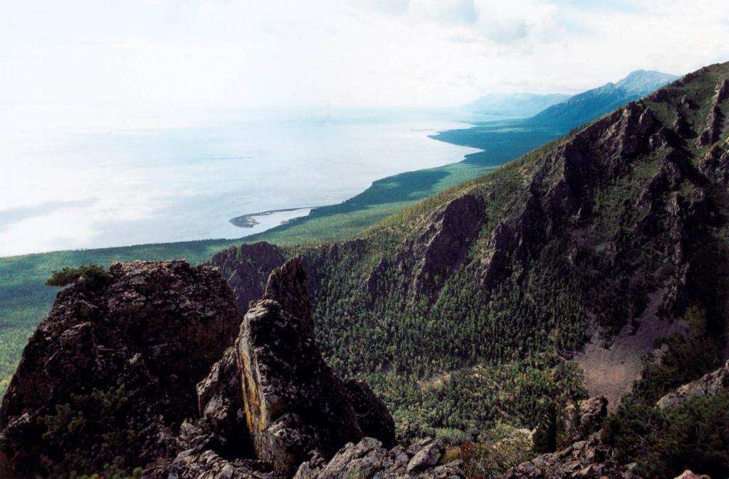 Северо-западное побережье в районе мыса Заворотный. На снимке: в центре кадра видна крупная галечная коса, отделяющая от озера глубокую бухту. Внизу - долина р. Заворотная. Побережье просматривается до мыса Шартлай.