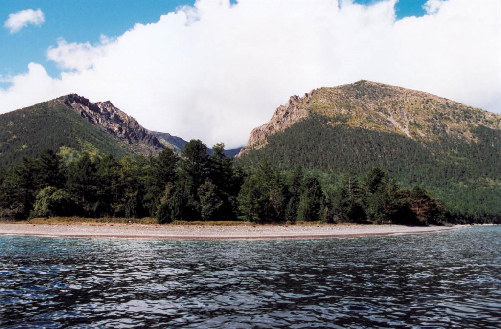 Покрытый коренным лиственнично-кедровым лесом мыс Малый Черемшаный. Высота правой вершины - 1695 м над ур.м.