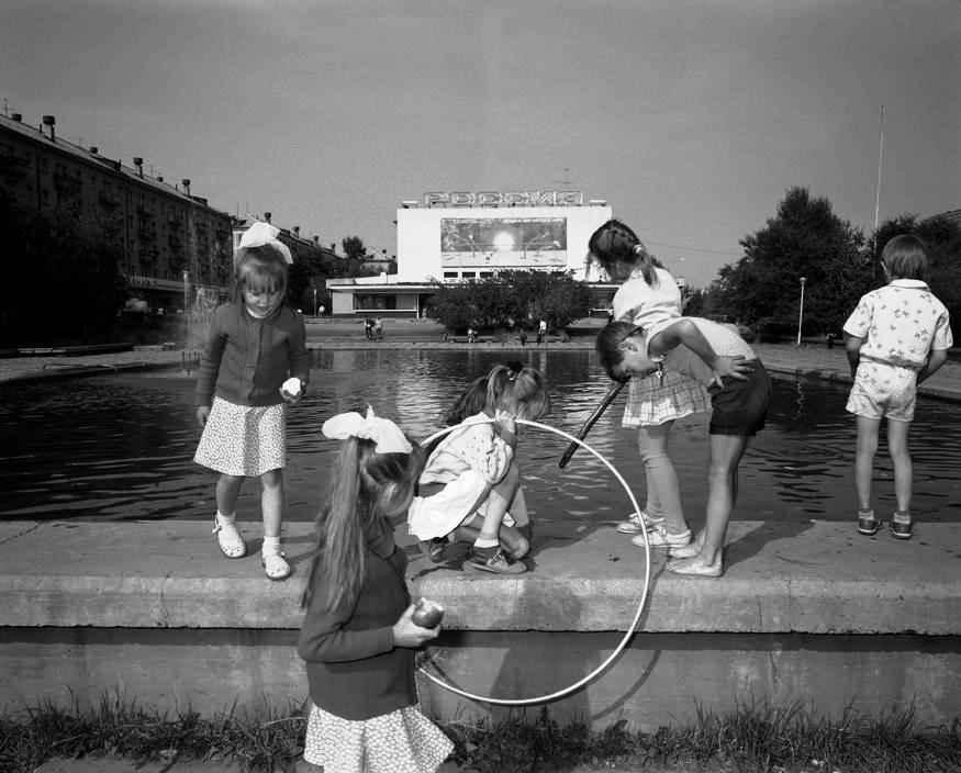 Дети у фонтана на площади перед гостиницей «Тайга»