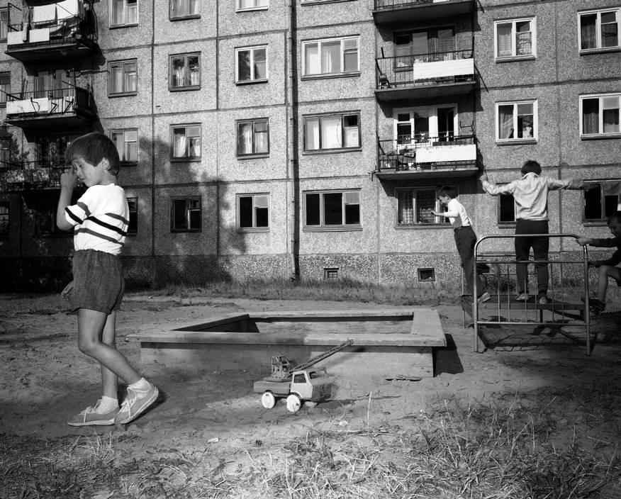 Детская площадка во дворе многоквартирного дома.