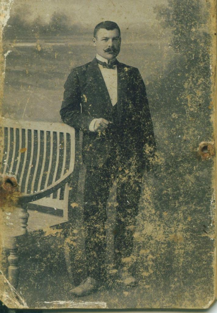 Неразборчивая подпись на обороте. 26.09.1908