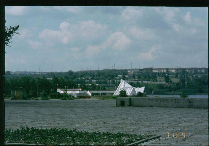 Набережная с видом на остров Юности в Иркутске.