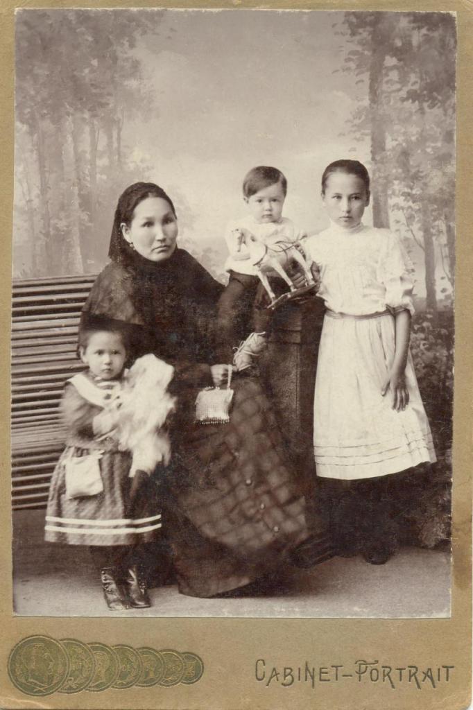 Коробейниковы. Пете 1 год, Лизе Масловой 2года 8 месяцев.23 января 1910года.