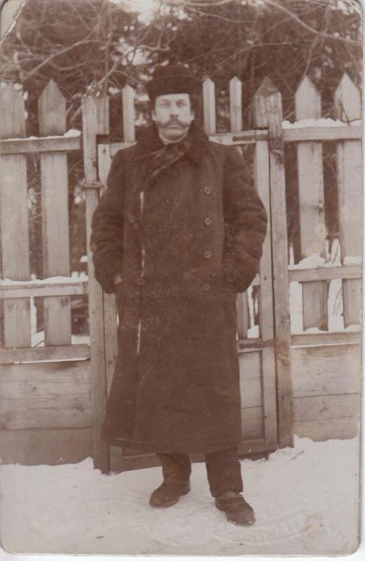 Соснин Аркадий Иванович снят во дворе своего дома по улице Детской в Рабочем предместьи города Иркутска .1910-е годы