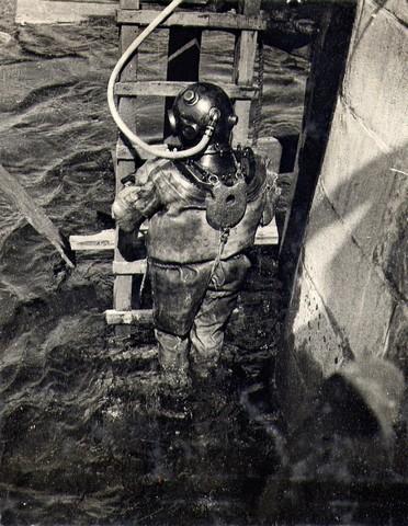Водолаз спускается под воду для осмотра. Ноябрь 1934г.