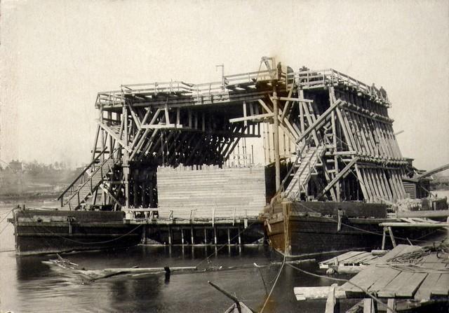 Плавучий кран для опускания на цепах кессона №3. 30 сентября 1933 г.