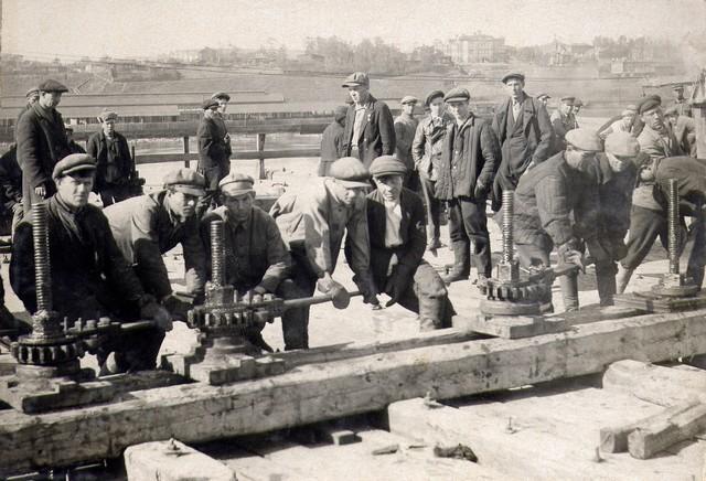 Рабочие наверху крана опускают кессон на цепях. Сентябрь 1933 г.
