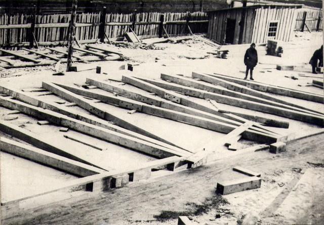 Заготовка элементов подмостей на строй-дворе. Январь 1935г.