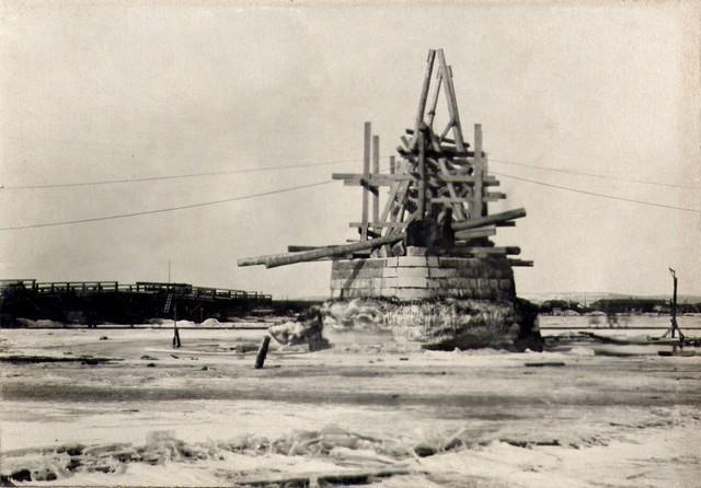 Постройка мачты на опоре для монтажа дощатых кружал. Март 1935г.