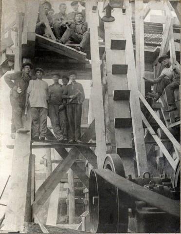Бригада рабочих у монтируемой ими камнедробилки. Май 1935г.