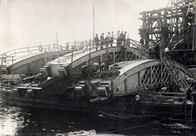 Дощатые кружала привезены в пролет на барже. Июль 1935г.