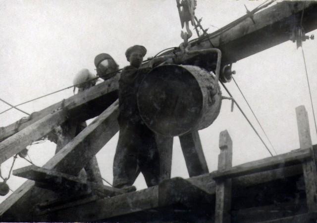 Выгрузка бетона из бадьи в бункер, установленный вверху кабель-крана. Август 1935г.