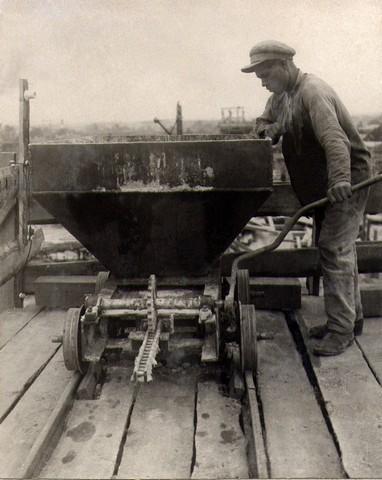 Выгрузка бетона из вагонетки в бункер, установленный над местом укладки бетона. Август 35г
