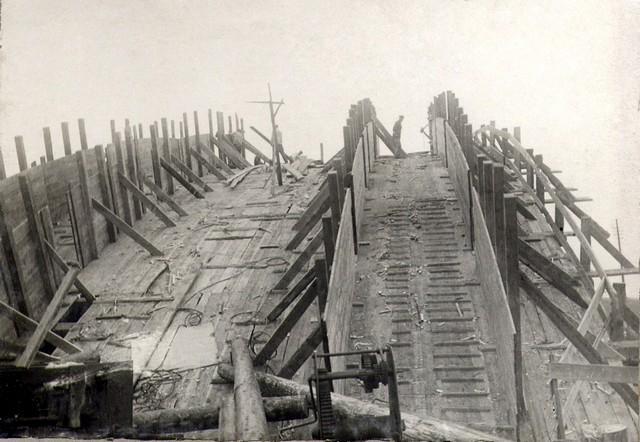 Устройство опалубки в арочных пролетах. Август 1935г.