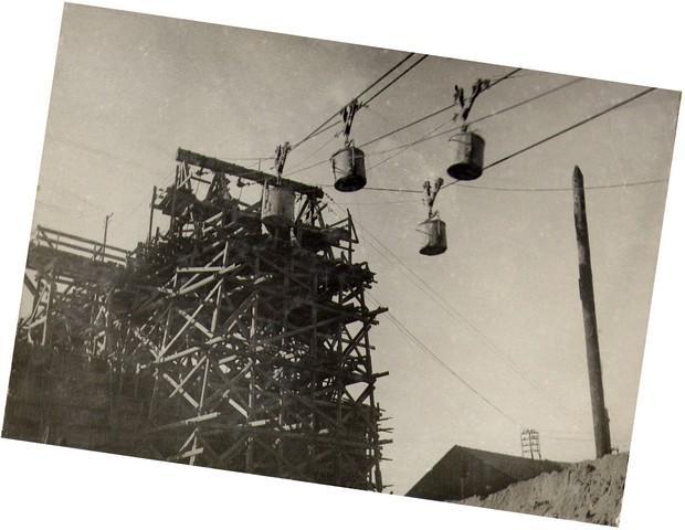 Транспортировка бетона от бетонного завода к месту укладки в арочных пролетах. Сент. 1935г.