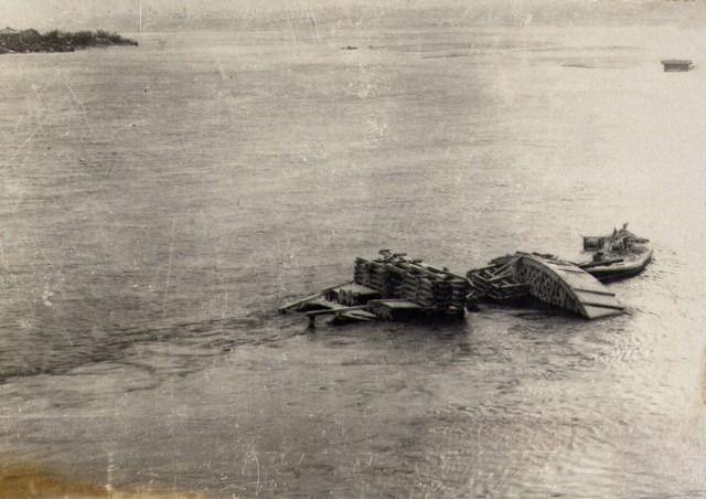…ист пробил баржу и дощатые кружала … …оказались в воде. Ноябрь 35г.