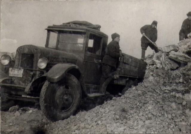 Погрузка гравия в автомашину в карьере на р. Иркуте. Март 1936г.