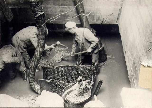 Работы по удалению грунта в колодце с водоотливом на съезде с товарной станции. Май 36г