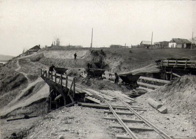 В карьере «Лисиха» Земля выгружается из вагонетки в бункер. Май 1936г.