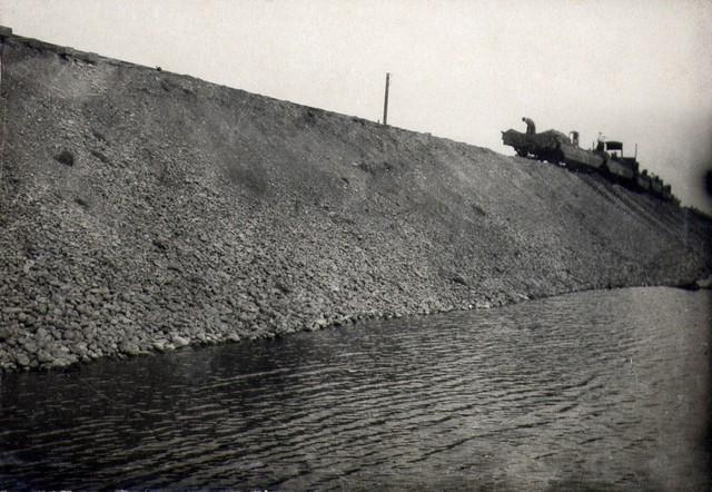 Отсыпка земли из жел. дор. вагонов на левобережном съезде. Июль 1936г.